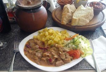 50% попуст на специјалитетот МЕСО во ГРНЕ за 4 особи во ресторан Орфеј во вредност од 1080ден. за само 540ден.