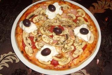 50% попуст на голема пица  La Piazza + овошна салата во Pizza Cafe La Piazza во вредност од 370ден. за само 185ден.