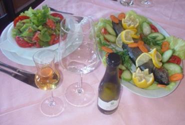 51% попуст на порција Мавровска пастрмка + една Македонска салата + една Тиквешка жолта ракија + едно бело вино Траминец 0,2l  во вредност од 650ден. во Ресторан Пандонос, за само 319 ден.
