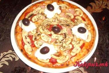 50% попуст на голема пица La Piazza + десерт палачинка со крем и плазма во Pizza Cafe La Piazza во вредност од 290ден. за само 145ден.
