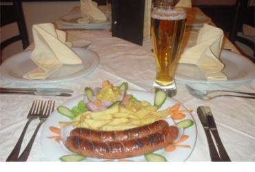 50% попуст на порција пивски колбаси и точено пиво 0.33л во вредност од 320ден. во Ресторан Пандонос за само 159ден.