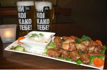 Неверојатно!!! 50% попуст на голема порција пилешки крилца и 2 големи кригли точено пиво во Lounge Bar Baron во вредност од 290ден. за само 145ден.